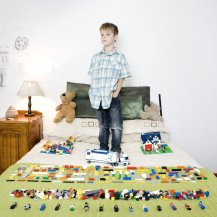 Kids-with-their-favorite-toys-by-Gabriele-Galimberti-32